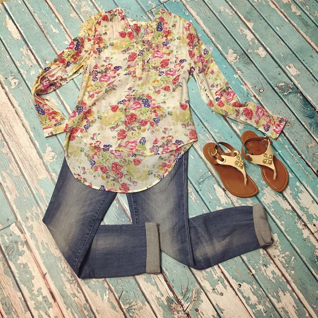 Our new floral blouse paired with a pair of Mavi cropped jeans and our new interchangeable sandals makes for the perfect outfit for these Spring and Summer days!